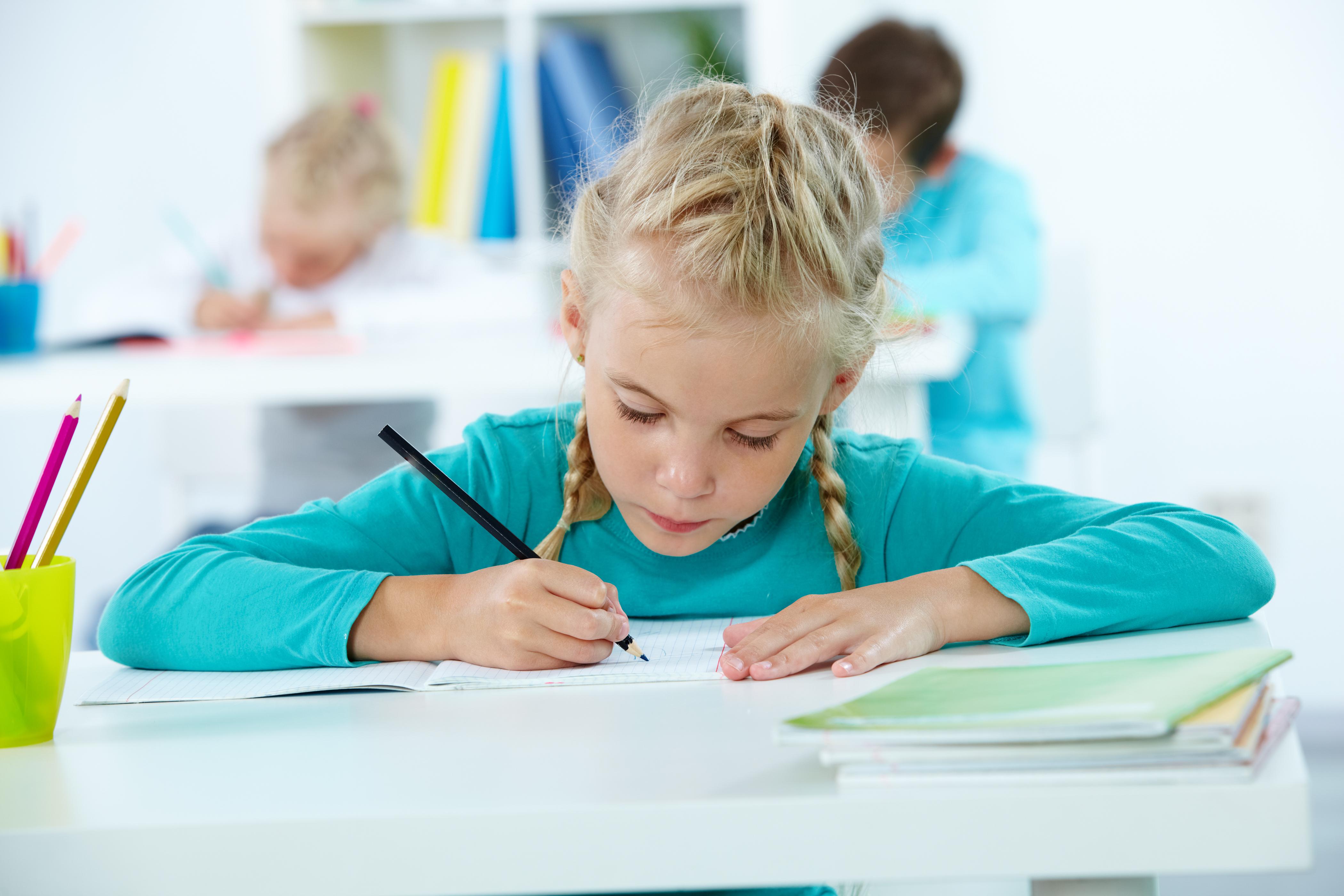 Meisje doet schoolwerk: faalangst bij kinderen