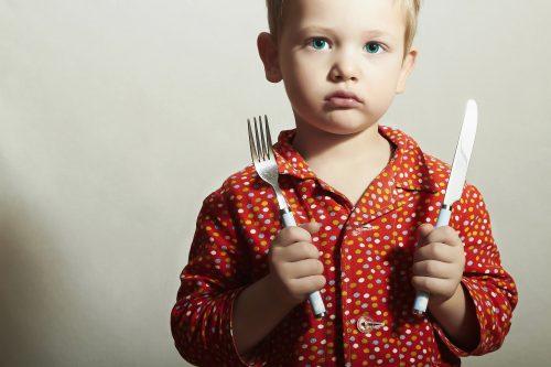 boos kind met mes en vork - kind wil niet eten