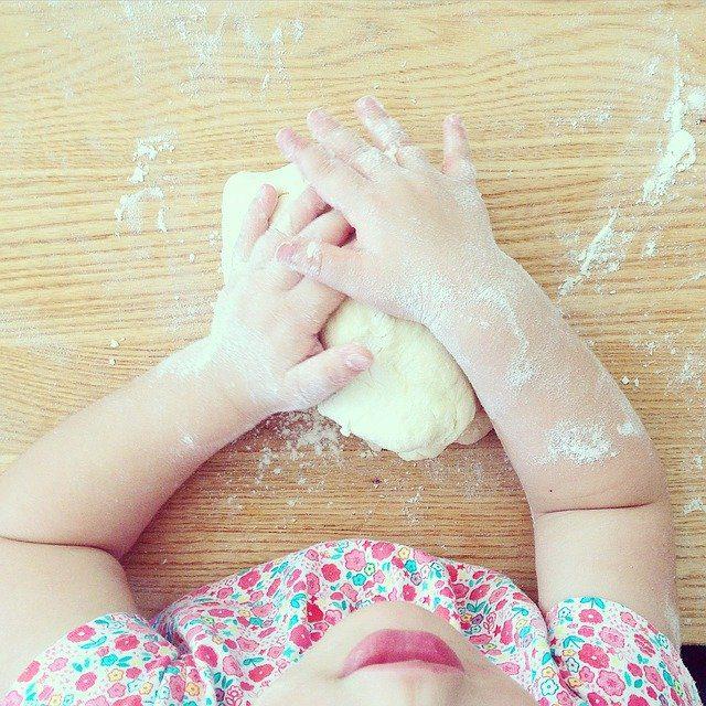Kind kneed deeg - kind helpt koken - eetproblemen kleuter