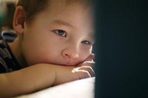 Jongen kijkt zielig - omgaan met onzeker kind van 4, 5 of 6 jaar