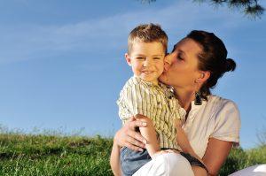 Moeder kust stralend kind - Vergroot het zelfvertrouwen van je kleuter